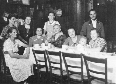 In den (3)vier Quellen links stehend Mariechen Frau v.Adolf,Renate Vidoni,Rosi Grimmer Tochter v.Georg Grimmer Borst Engelbert.Sitzend links Hulda,Marie,Babette Schirmer,Babette Borst,Lenchen Rauscher