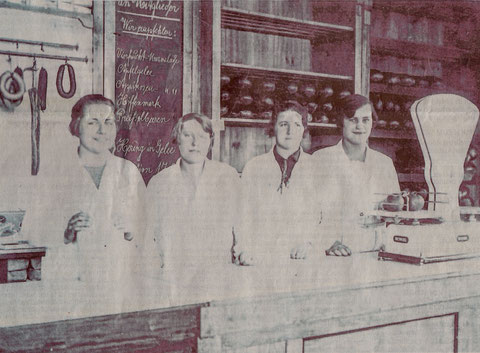 Im Konsumverein, links Frau Petzold, Mutter des Oberbürgermeisters Petzold