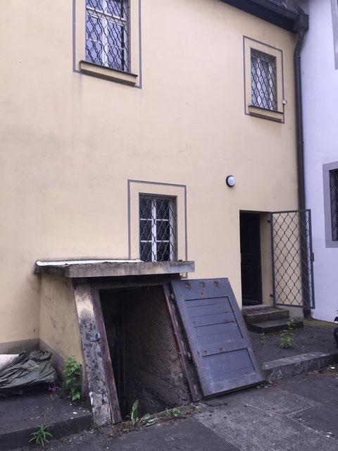 Eingang zum Keller im Hof