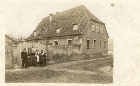 Trägs Wirtschaft um 1910. Das alte Wirtshaus befand sich in der Schweizer Straße in Sennfeld und war das letzte Haus auf der linken Seite vor dem Sennfelder Badesee. Das Haus wurde 1963 abgerissen