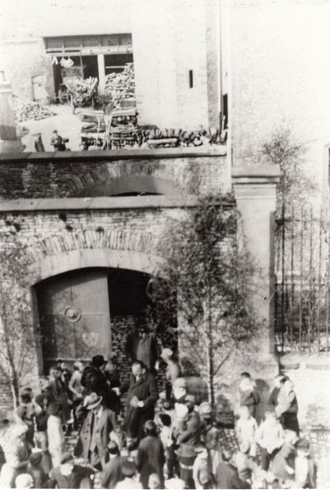 """Entlassung von """"zum Schutz"""" verhafteten Gewerkschaftern aus dem Gefängnis in der Hadergasse Mai 1933"""
