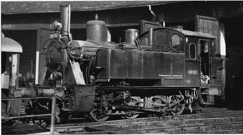 Eine Dampflok der Baureihe 98.8. Das letzte Exemplar hatte in Schweinfurt seinen Einsatz. 098886 wurde nicht verschrottet sondern konserviert und auf dem Bahnhofvorplatz als Denkmal aufgestellt.