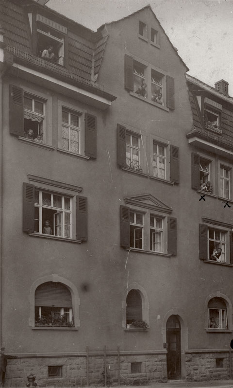 Seestraße 20 - 1914 - aus den Fenstern schaut die Familie Schneider (2. Stock)