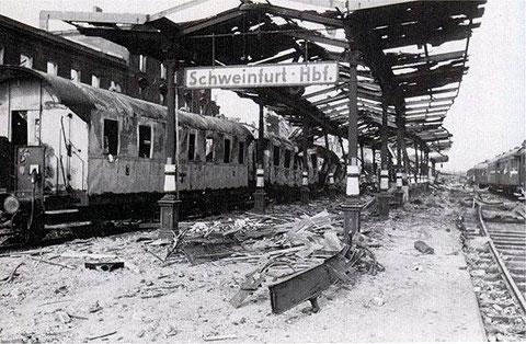 Der Schweinfurter Hauptbahnhof - Bahnsteig nach einem Luftangriff im Zweiten Weltkrieg