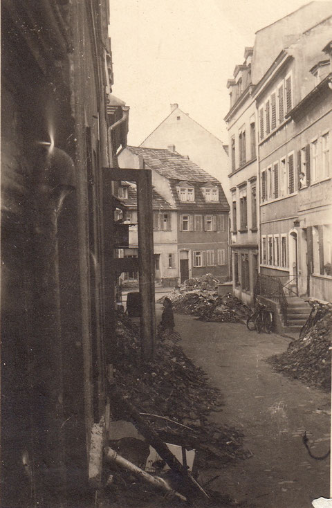 1944 - Kriegsschutt im Fischerrain - Frau Gösswein am Fenster - Danke an Horst Gößwein