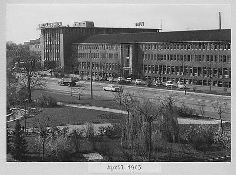 Blick auf das Verwaltungsgebäude im April 1963