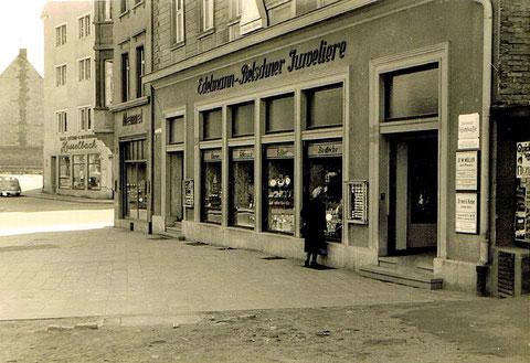 Edelmann u. Belschner, Albrecht-Dürer-Platz 6 (1952); dahinter Memmel-Uhren, Schultesstr. 2, dahinter Hesselbach, Schultesstraße 3