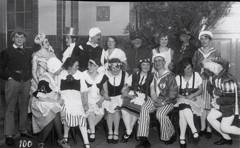 """Liederspielaufführung """"Das deutsche Lied"""" Liederkranz Fasching 1929 Hinten rechts Rosl Feyh, geb. Bechert; vorn 3. V. r. Otto Feyh. Danke an Frau Ilse Rankl"""