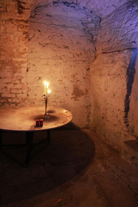 Richtig romantisch dieser Keller entlang des Walles.... der Boden besteht aus alten exakt eingelassenen großen Steinplatten