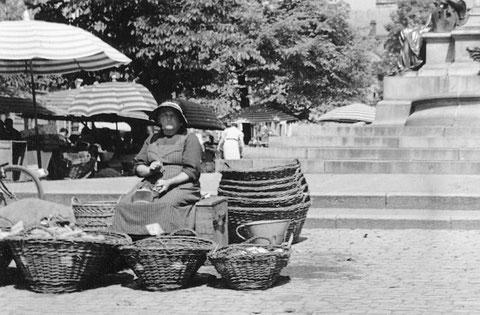 1939 - Marktbäuerin vor dem Rückertdenkmal