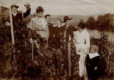 Bei der Weinlese 1904 v.l. Tully, Frau Trunk, Henke,Pollath, Ed Kirchner, Georg Trunk.