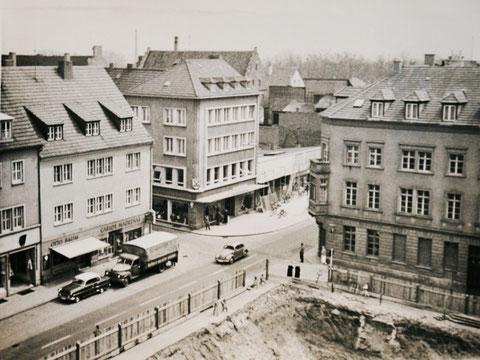 Blick vom Rathaus auf die Brückenstraße, rechts steht heute das Georg-Schäfer-Museum