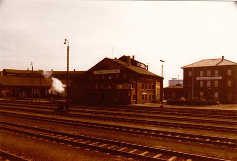BW Schweinfurt Lokschuppen und Verwaltungsgebäude, aufgenommen vom Bahnsteig zwischen Gleis 7 und 8