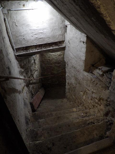 Stufen in das zweite Untergeschoss Treppe 1