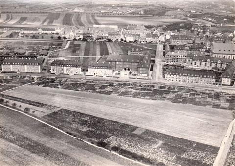 ca. 1927 - In der Bildmitte die Ludwig-Erhard-Berufschule - im Vordergrund befindet sich heute der Schuttberg - rechts Eisenbahnerblock, dahinter die alte Kilianskirche