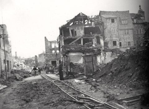 Blick in den Graben im Zweiten Weltkrieg - Lorenbahn zur Beseitigung der Kriegstrümmer