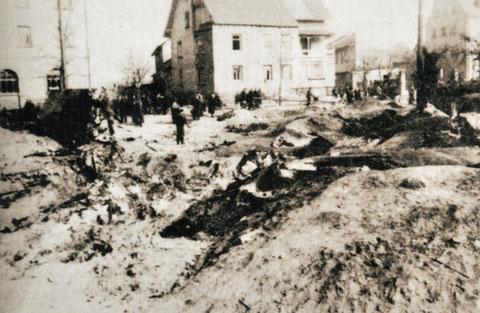 """Ein Flugzeug der Allierten wurde abgeschossen und fiel auf die Niederwerrner Straße Nähe der Gaststätte """"Schöne Aussicht"""" bei der Einmündung der Auenstraße"""