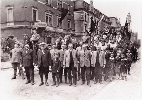 """Festwagen des Oberndorfer Turnvereins anlässlich der Heimatschau 1926 in der Luitpoldstraße vor dem """"Schweinfurter Hof"""" gegenüber der Westendapotheke. Der Schweinfurter Hof war das Stammlokal vieler Oberndorfer, in dem dieses Foto hing, 1944 zerstört"""