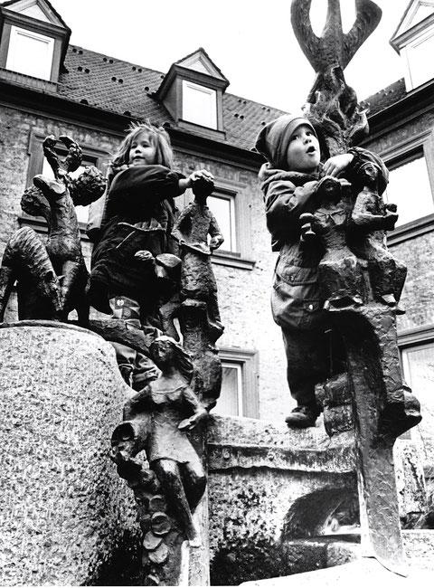 Kletterkunst auf Kunst - Am Roßmarkt vor der Städt. Sparkasse
