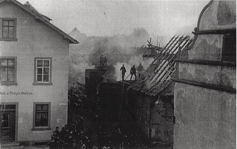 Neutorstraße 2 - Das alte Polizei und Zollhaus nach einem  Brand am 23.01. 1889 - rechts das Lebküchnerhaus
