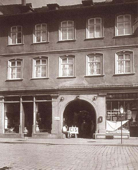 Rückertstraße 2 - 1932 - Das Haus gehörte der Firma Stamm, Im Obergeschoss residierte der jüdische Rechtsanwalt Felix Brandis, der 1936 nach Holland emigrieren musste, In seinen dann beschlagnahmten Räumen wurde die NSDAP Kreisleitung eingerichtet