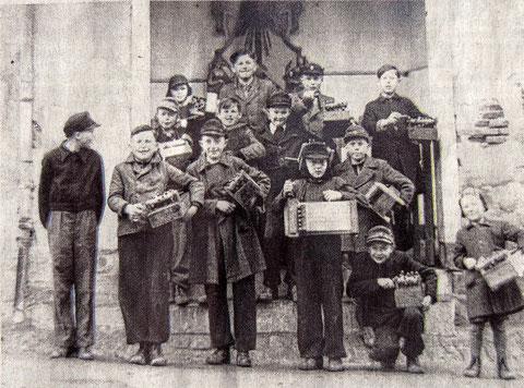 Ratschenjungen in Mainberg 1951 an der Leutheuser Kapelle
