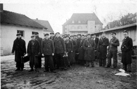 Junge Männer aus Oberndorf auf dem Wege zur Musterung für die Wehrmacht um 1942. Rechts 4 Rettungssanitäter von der Rettungsstelle Oberndorf