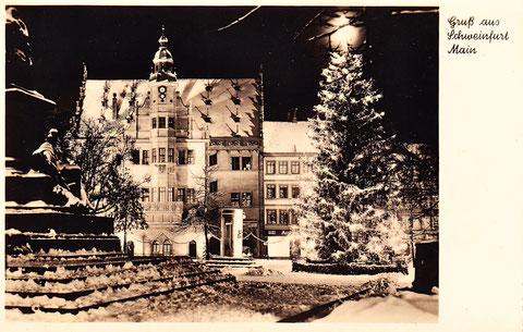 Der Marktplatz mit alter Bebauung neben dem Rathaus in den 1940ern Vielen Dank an Susanne Hasler