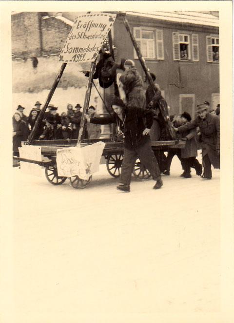 Faschingsumzug in den 1950ern Am Jägersbrunnen; Die Verzögerung der Errichtung des Sommerbades wird hier kritisiert; wohl erst 1999.... (Das Sommerbad eröffnete 1958)