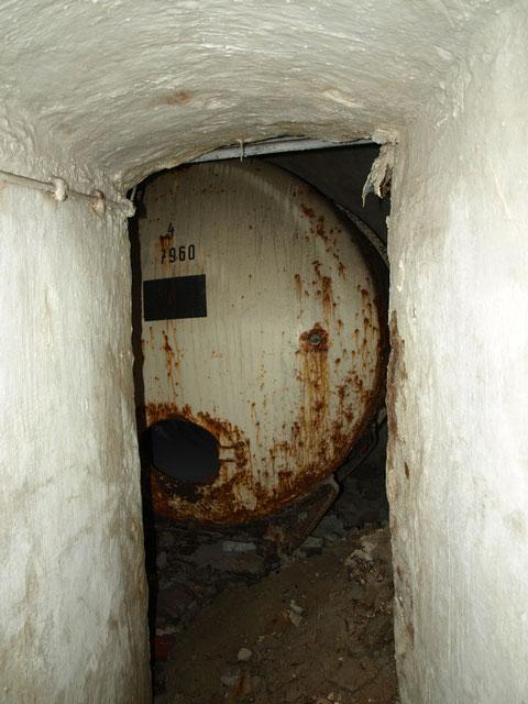 Auf halbem Weg in die dritte Etage ein alter Tank in einem Seitenkeller