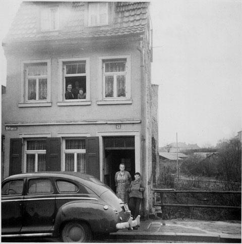 Nr. 43 im Jahr 1956 Die Häuser rechts und links wurden weggebombt. Rechts hat die Natur sich in dem Ruinenkeller breit gemacht. Im Fenster Frau Karin Trommer