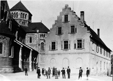 Gewerbehalle neben der Hl.-Geist-Kirche vor 1906