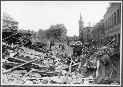 Nach einem Bombenangriff 1944 - Blick durch die Wolfsgasse auf den Roßmarkt