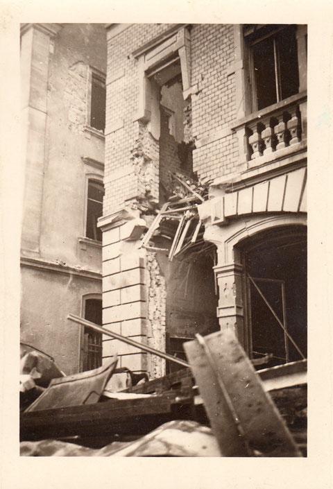Während des Zweiten Weltkriegs - Einschlag des Blindgängers vom 1. Stock (rotes Zimmer) zum Lokal - Danke an Yüksel Tas