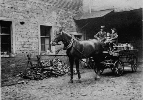 im Hof Judengasse 11 - der Milchtransport - vor 1914 - auf dem Wagen Ludwig (Louis) Kress mit zwei seiner Kinder