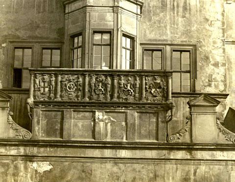 Die alte Steinbrüstung des Rathauses vor dem Zweiten Weltkrieg - Foto: Stadtarchiv