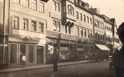 Rückerstraße 1, ca. 1915, links Marg. Roßbach, Schirmfabrikantenwitwe, Mitte Theodor Klüber, Drogen-, Material- u. Kolonialwarenhandlung (Nr. 3-5)