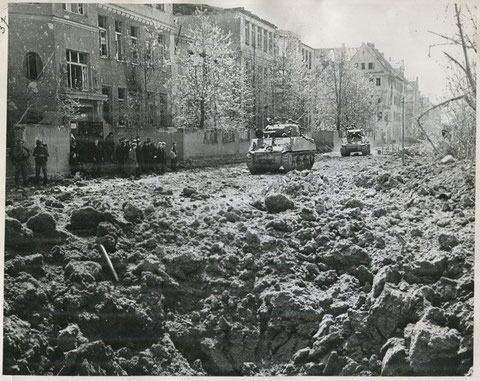 Einmarsch der US-Truppen April 1945 - mit Ludwigschule (heute Friedenschule)