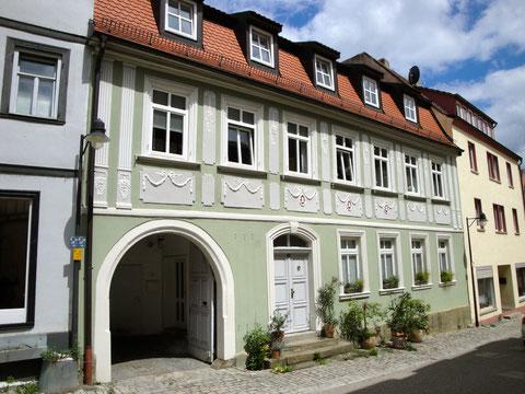 Krumme Gasse 14 - Traufseithaus im klassizistischen Stil mit Stuckfassade - 1. Hälfte des 19. Jahrhunderts