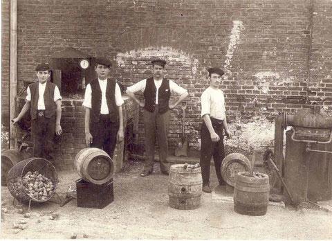 Schweinfurter Büttnerei um 1900; zweiter v. links Adam Lunz, Büttnergeselle, geb. 1886. Danke für dieses Foto an Michael Rupp
