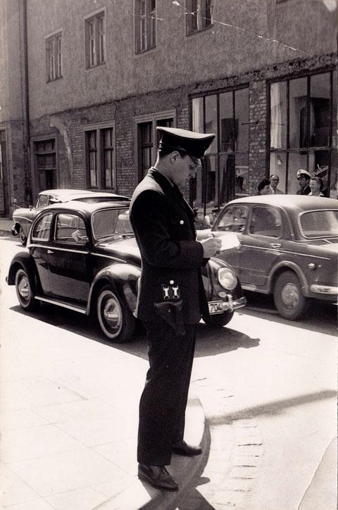 1963 - Metzgergasse, die bisher in zwei Richtungen befahrbar war, wird Einbahnstraße - Manfred Dietz, PHW bei der Stadtpolizei, zählt den Verkehr - im Hintergrund das heutige McDonaldshaus Spitalstr. 1