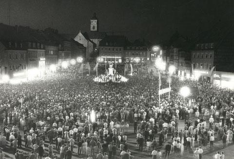Willy Brandt, damals noch Regierender Bürgermeister von Berlin bei einer abendlichen Kundgebung auf dem Marktplatz