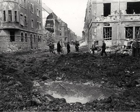 Wilhelmstraße - im Vordergrund Bombentrichter