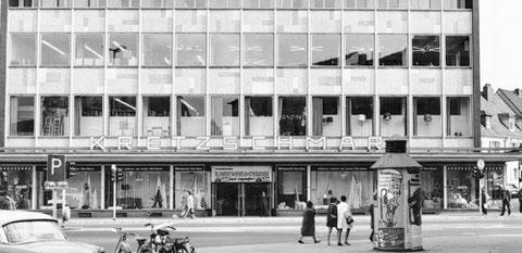 """Kaufhaus Kretzschmar im Jahr 1959 (Foto: Stadtarchiv) Bereits in den 1950ern wurde hier eine Rolltreppe eingebaut, eine Sensation! Nach dem Schulunterricht gings in den """"Kretzscherarsch"""" zum Rolltreppenfahren....."""