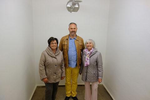 v.l.n.r.: Elfriede Ziegler, Nils Brennecke, Eigentümer des Bunkers, Hanni Eusemann - 2014