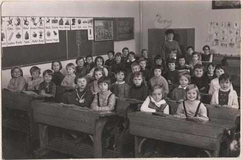1965/1966 - Lehrerin Frau Lauterbach, ganz links vorn Claudia Wiegand Gross, zweite Reihe rechts vorn Gaby Oberacker