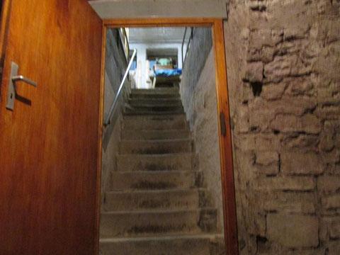 Blick in die hinabführende Treppen vom Keller aus gesehen
