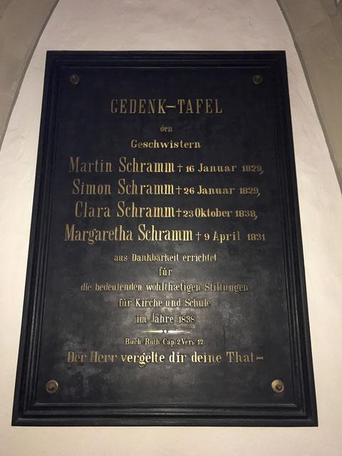 Gedenktafel für die Gebrüder Schramm in der St.-Johannis-Kirche