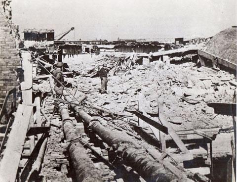 US-Soldaten besichtigen das zerstörte Werksgelände der Fa. Kugelfischer in Schweinfurt (April 1945)