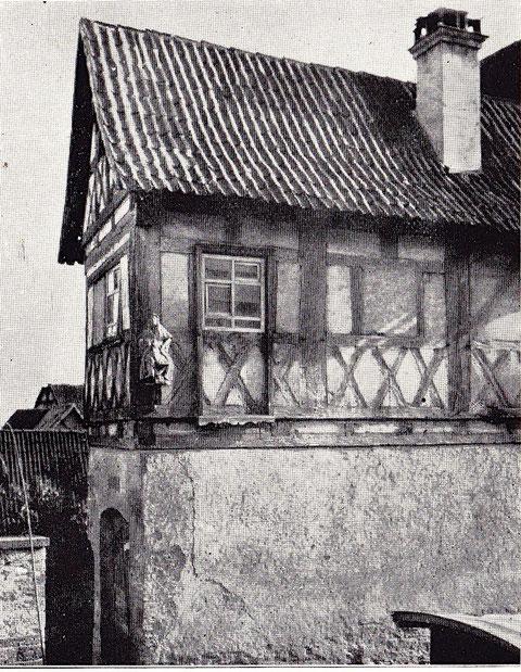 Haus Nr. 50 - Wohnhaus im Fachwerkstil, erbaut im Jahre 1567. Im Hof Holzgalerie im Obergeschoss